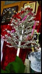 ONE WARREN WAY CHRISTMAS TREE THUMBNAIL STORY LOGO_resized